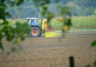 Tractor spraying pesticides IMG 5235