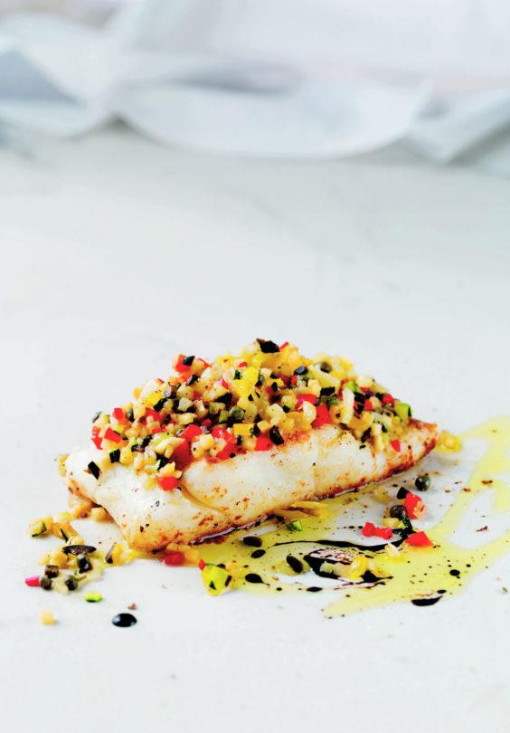 Hvit fisk med finhakket gronnsaker