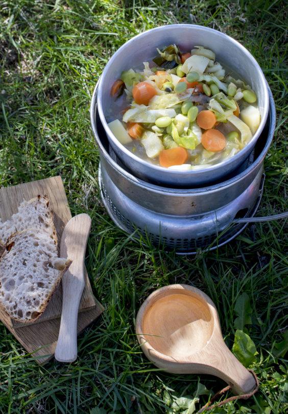 Suppe Med Sommegronnsaker Urtekraft Og Pannebrod
